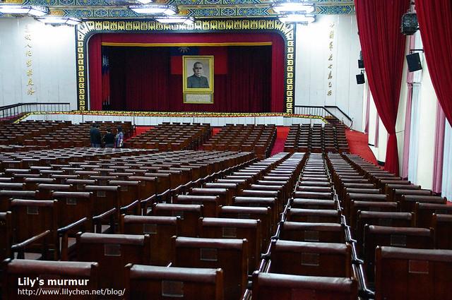 從後面往前拍的大禮堂,座椅真的排得好整齊。