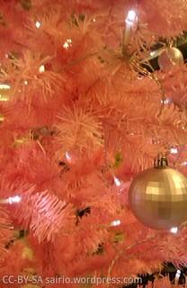 vaaleanpunainen-joulukuusi