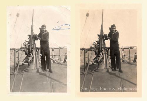 Hombre haciendo el servicio militar obligatorio en la marina, al lado de un cañón