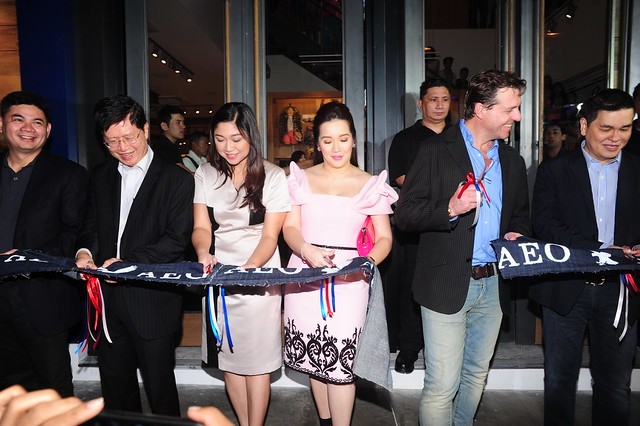 Cong. Freddie Tinga, Tony Aquino (Ayala Land President), Mayor Lani Cayetano, Simon Nankervis, (AEO VP for International Franchising and Global Business Dev't), Ben Chan (Bench CEO) cut the ribbon.