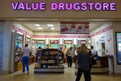 Spam en las paredes de la farmacia en el aeropuerto de cancun
