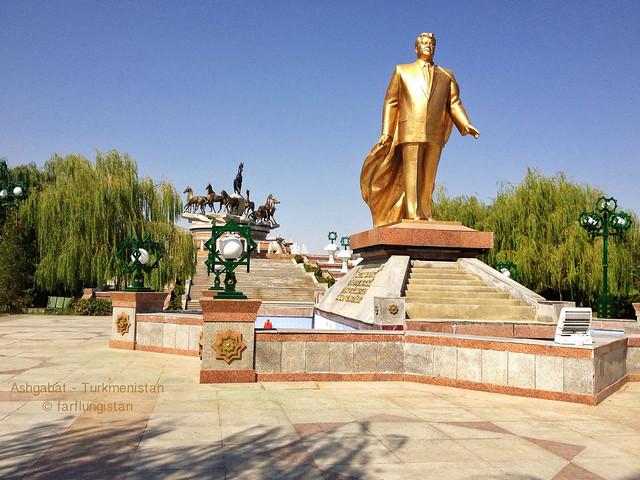 Golden statue of Saparmurat Niyazov in Ashgabat's Independence Park