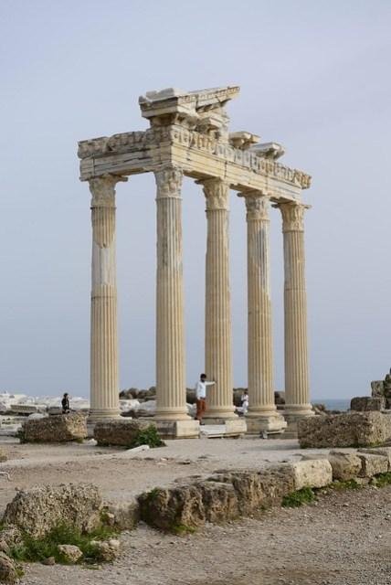 阿波羅神殿 (The Temple of Apollo) 位在希德 (Side) 的海岸邊,穿過商店區、餐廳區,即可在岸邊見到,無須門票,目前只剩下幾根柱子比較顯著。這個神殿有點像我們的媽祖廟,都是祈求風調雨順、出海平安的。