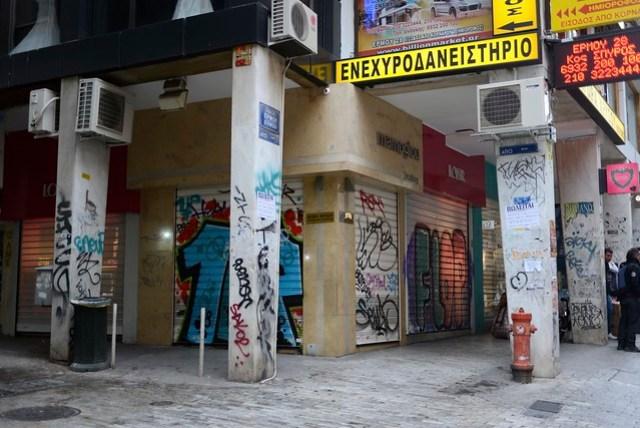 從機場一直進入市區,可以發現許多地方都有塗鴉,除了常見的道路牆壁外,連商家的大門也不放過,或許大家已經習慣(甚至欣賞?),即使是憲法廣場這一帶熱鬧地區,市容依舊相當雜亂,不似歐洲其他國家給我那種乾淨整齊的模樣,老實說有點失望。