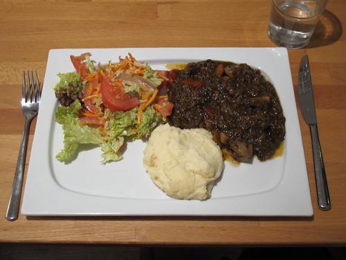 Gulasch zu Kartoffelpüree und buntem Salat