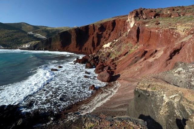 在聖島南端 Akrotiri 附近有一片特別的紅沙灘,那是火成岩形成的隱世獨立小海灘,入口處即可發現其岩層的顏色呈現紅赭色,前一天造訪時因為海邊風浪太大加上漲潮的緣故,我們並沒有進入,後來想一想覺得不甘心,今天再來一次。雖然無緣躺在紅色的沙灘上,但看著整片崩壁都是紅土,心中的震撼還是值得的。