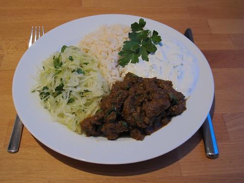 Lammgeschnetzeltes mit Krautsalat, Joghurtsoße und Reis