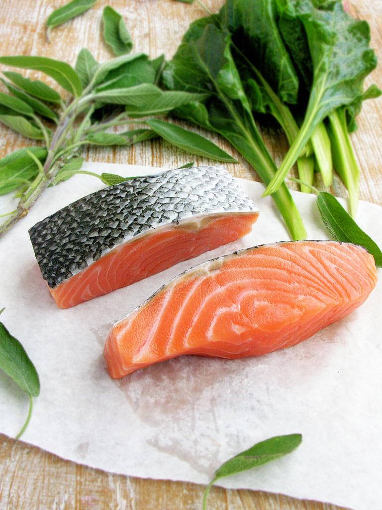 salmão, acelgas, salva