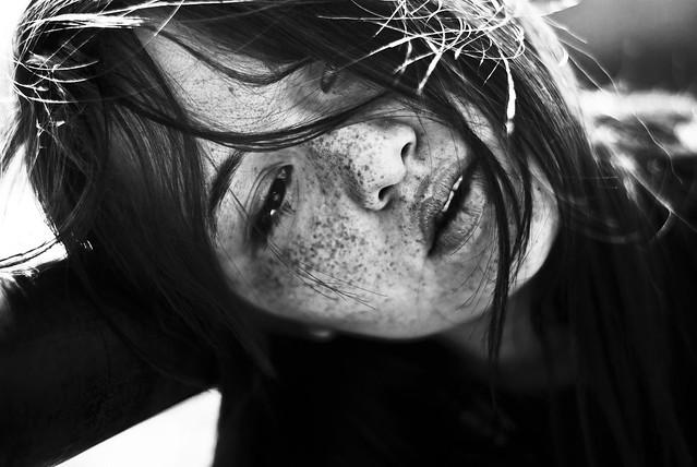 Parlava poco con le parole.  Molto con gli occhi. Le sue frasi d'amore più belle erano lacrime.  [L'uomo dei tulipani, L. Marini]