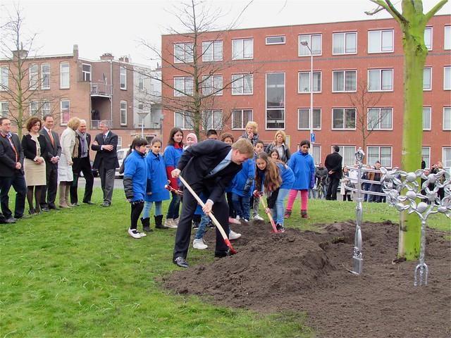 Prins Willem Alexander plant eerste Koningslinde