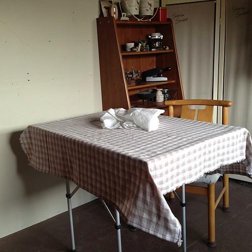 ちょっとした寛ぎコーナーも確保(^-^)/さぁて、カーテンでも縫おうか?その前に、ティータイム〜!