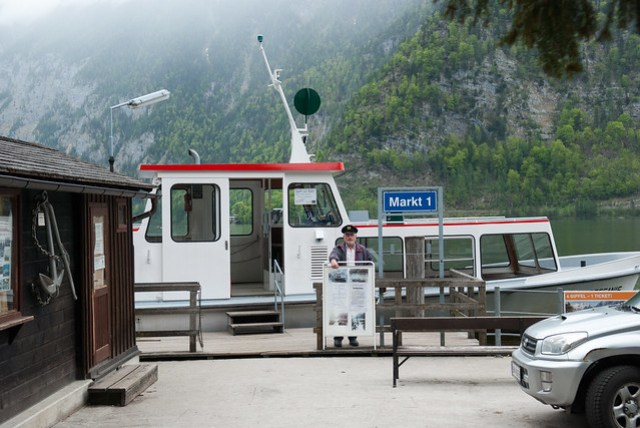 火車站在湖的對岸,船班和火車班次都是搭配好的,每人 2.4 EUR.