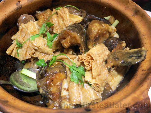 sizzling garoupa belly & head, dried bean curd skin in pot HK$98
