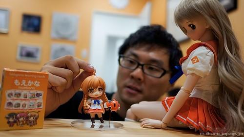 Danny Choo is adjusting Nendoroid Mirai's ahoge