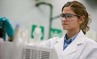 Analista química Vanessa Elizabeth De Gregorio trabaja en el laboratorio químico del Concentrador.