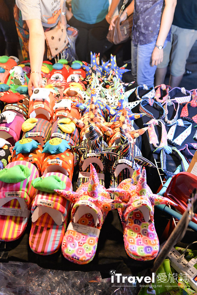 《清迈夜市集景》周日步行街夜市:塔佩门起步走的购物天堂