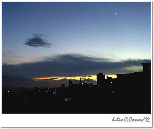 Una luna alta sobre Manizales by Julio César Correa