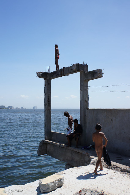 Street kids diving in Manila bay