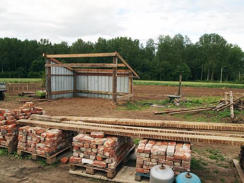 Construction du hangar : et de 2 murs !