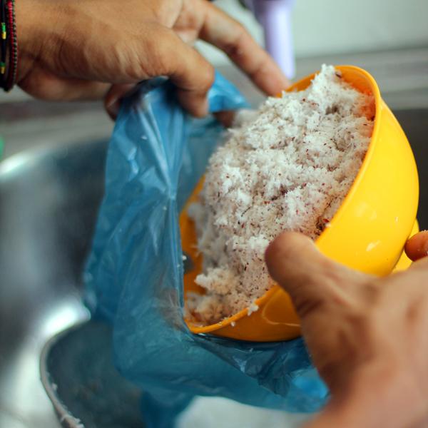 Haciendo la leche de coco