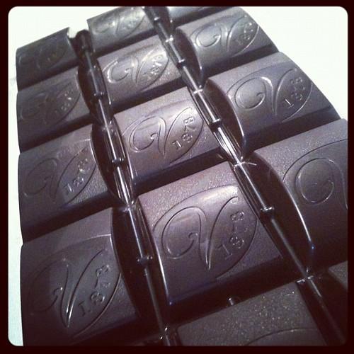 Tavoletta di cioccolato extra fondente ripiena di crema cuor di cacao #cioccolato #fondente by Riccardo Pastore