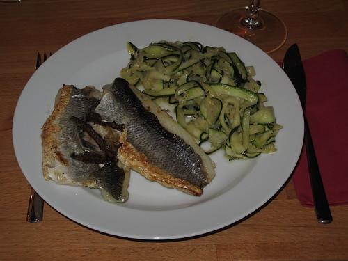Spigola e Zucchine = Auf der Haut gebratenes Wolfsbarschfilet und Zucchini-Gemüse