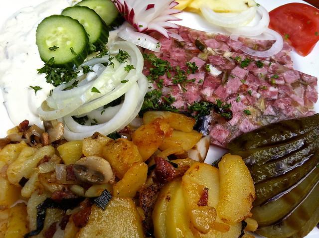 Krijg je overal in Hamburg & MeckPomm: Sülze mit Gurken und Bratkartoffeln