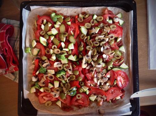 Wegańska pizza przed upieczeniem