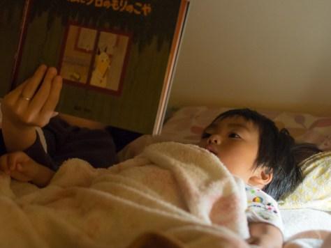 寝る前の絵本読み聞かせ