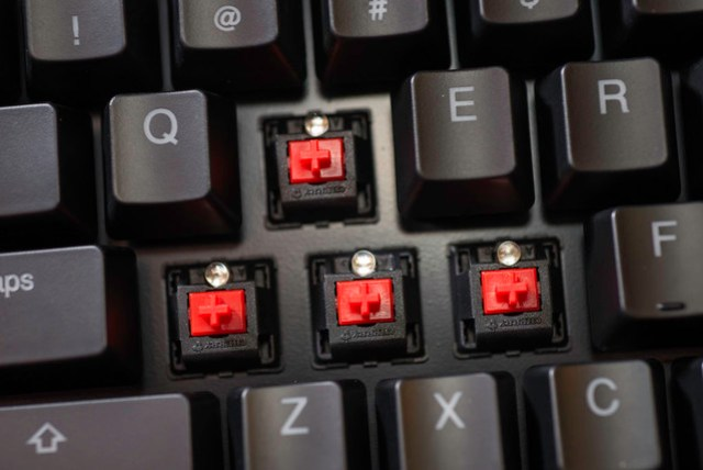 在沒有試打的情況下就直接買紅軸實在有點冒險,不過就是擔心跟薄膜式的手感差太多會不習慣啊!Ducky DK9008 Shine 2.