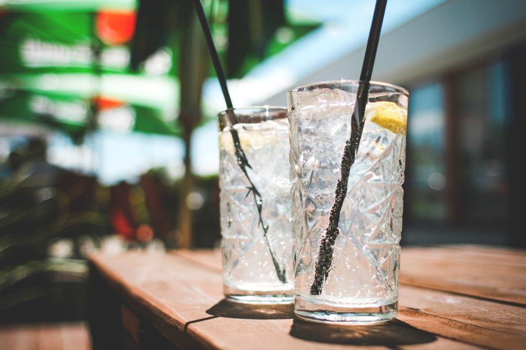 Imagen gratis de dos vasos con bebida fría de limón