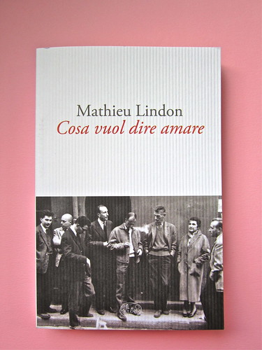 Mathieu Lindon, Cosa vuol dire amare; Barbès 2012. [resp. grafica non indicata]; fotog.: A. Robbe-Grillet, C. Simon, C. Mauriac, J. Lindon, R. Pinget, S. Beckett, N. Sarraute, C. Ollier, 1959 © M. Dondero. Copertina (part.), 1
