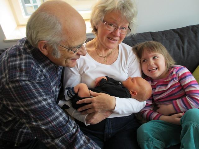 Sander med morfar, mormor och Ava