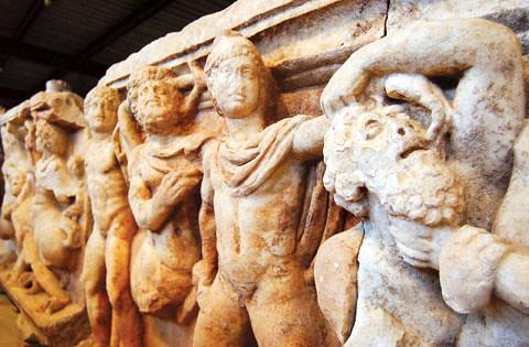 Afrodisias era un importante lugar de talla del mármol, creaban estatuas que luego viajaban miles de kilómetros para adornar incluso en Roma. Tanta era así, que todas las tumbas de Afrodisias tenían un cargado e impresionante envuelto de relieves con personajes mitológicos. Aphrodisias y la diosa griega del amor - 8272949186 bf6033fb18 - Aphrodisias y la diosa griega del amor