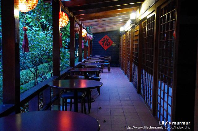 這是連接室內外的穿廊,在這裡喝咖啡看報或者夏天乘涼還挺舒適,就是難免會有討厭的蚊子或者小蟲。