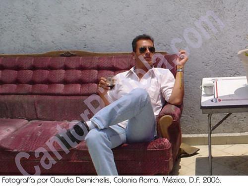 El CantorPistola se bebe un Fernet Branca preparado por su amigo Urkel en una terraza de la Colonia Roma, capturado por la lente de Claudia Demichelis, México, D.F. mayo2006