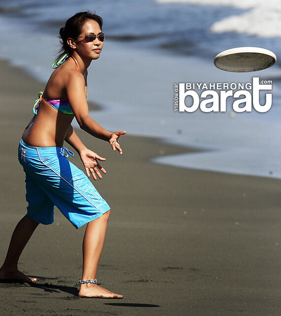 Reina Bakunawa playing Frisbee in Sabang Beach Baler Aurora