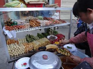 Comer comida de rua em viagem