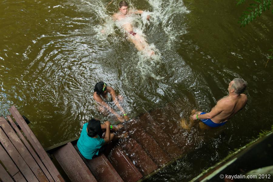 купание в реке в Малайзии