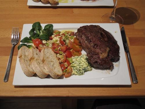 Entrecôte mit Kräuterbutter, Mozzarella - Tomaten - Salat und Ciabatta