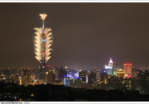 Taipei 101 fireworks usher in New Year 2013 台北101跨年煙火