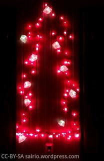 valoketjujoulukuusi-pimeässä