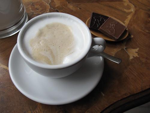 Cappuccino und belgische Schokolade
