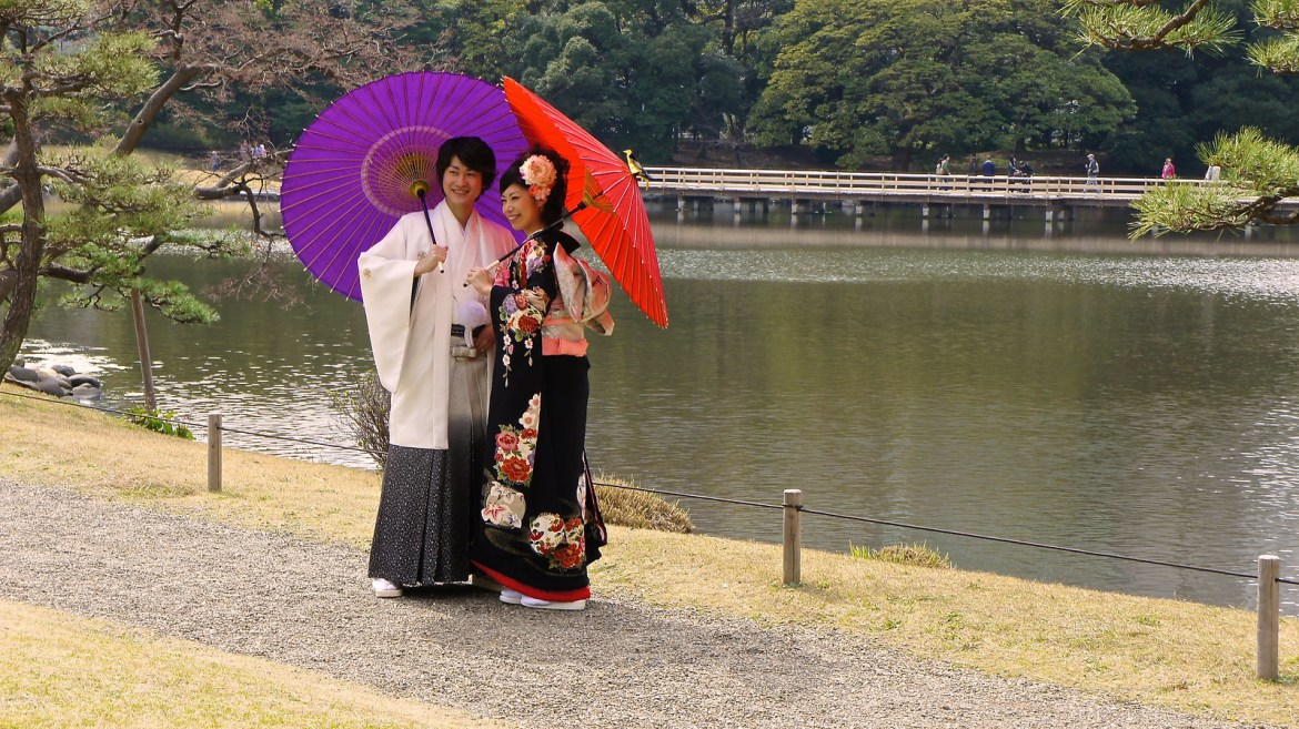 Hamarikyu Garden : Japanese couple in traditional attire