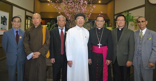 Hội đồng Liên tôn, tê liệt trước cuộc đấu đá tôn giáo.