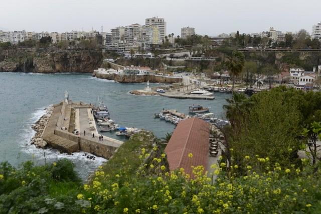 安塔利亞舊城區 (Kaleiçi) 有一個小港口,大約可以停泊二三十艘船,大多是遊覽船,所以港邊沒有漁港常見的腥味。雖然前兩天曾經繞了舊城區一圈,但因緣際會沒有走到港邊,未免遺珠之憾,趁著搭車離開此地之前,簡單遊覽一遍,至於出海看瀑布的活動,看看下回還有沒有機會吧!