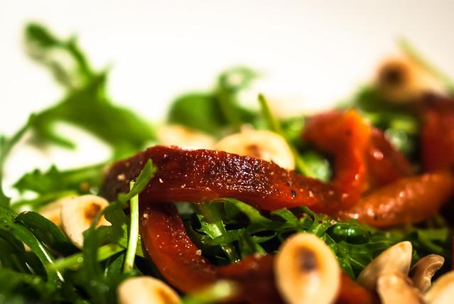 Salade van gegrilde paprika, rucola en geroosterde amandel