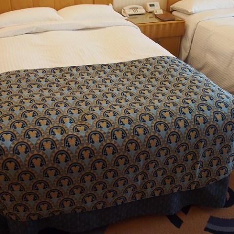 ディズニーアンバサダーホテル。こちらは通常ルームの新しいベットカバー。