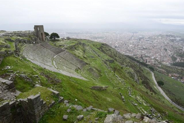 阿克羅波利斯 (Akropolis) 意指衛城,此處則為帕加馬 (Pergamon) 王朝於西元前二、三世紀所建立之衛城。此處居高臨下,易守難攻,可眺望整個 Bergama 市區及對面山頭的阿斯克雷皮翁 (Asklepion),視野相當遼闊。除了可搭車上山外,另有纜車,搭乘五分鐘左右,來回票價 10 TL。可惜當日氣候欠佳,風強又伴隨不小的雨勢,能見度差。圖為頹圮的大劇場,依坡而建,當時就能欣賞這種景劇合一的畫面,真是幸福。