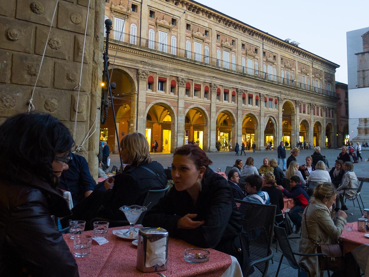 En las terrazas de la Piazza Maggiore